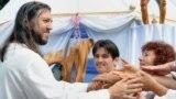 """Fostul polițist de trafic rutier Serghei Torop, supranumit """"noul Isus"""", cu discipoli în satul Petropavlovka din Siberia."""