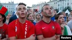 Болельщики португальской сборной наблюдают за ходом игры. Лион, 10 июля 2016 года.