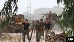 Сирийские провластные силы патрулируют район Рамусса к югу от города Алеппо, 21 сентября 2016 года.