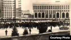 Площадь Брежнева в Алматы, ныне площадь Республики, в один из мятежных дней в декабре 1986 года. Фотокопия из Центрального государственного архива Алматы.