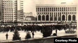 Бұрынғы Брежнев алаңындағы Желтоқсан оқиғасы кезінде жиналған адамдар. 1986 жыл.
