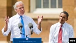 Обама доволен своим выбором. На трибуне он вместе с кандидатом в вице-президенты Джозефом Байденом