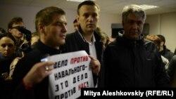 Олексій Навальний (у центрі) після засідання суду в Кірові