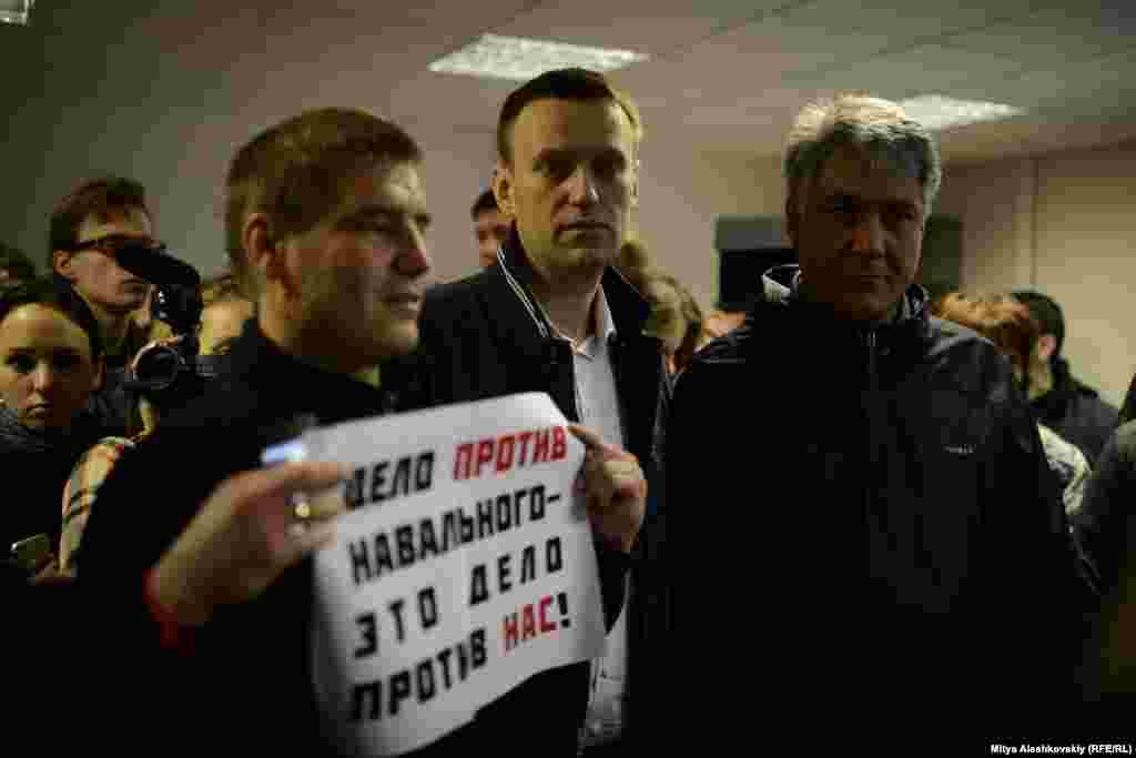 После заседания Навальный долго извинялся перед журналистами и группой поддержки за то, что они приехали ради такого короткого мероприятия