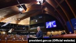 П'ятий президент України Петро Порошенко під час виступу на засіданні Парламентської асамблеї Ради Європи. Страсбург, 11 жовтня 2017 року