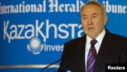 Президент Казахстана Нурсултан Назарбаев выступает на инвестиционном саммите в Алматы. Июнь 2010 года.