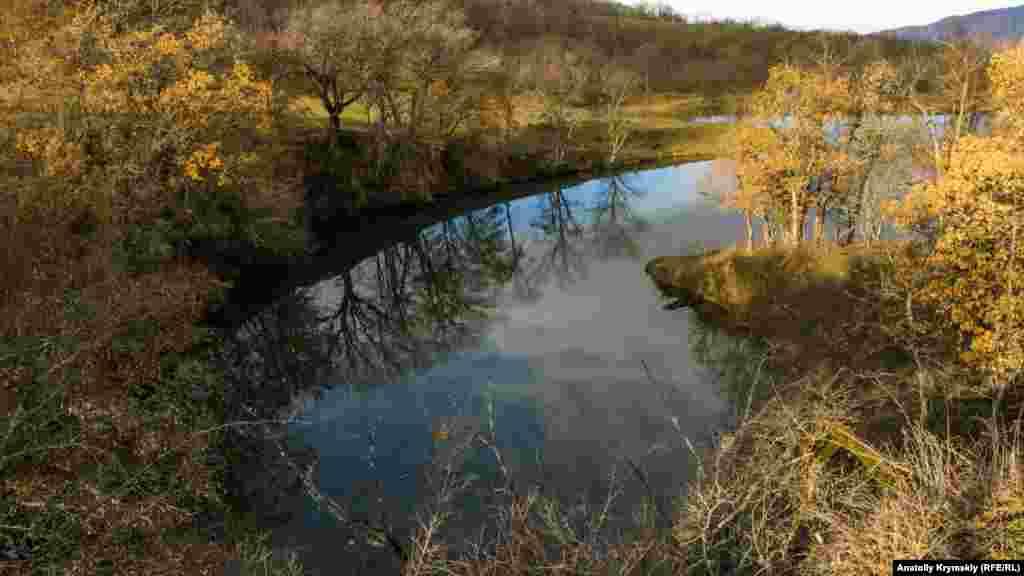 «Осенне-весенний» мотив на озере в предгорье Бойка