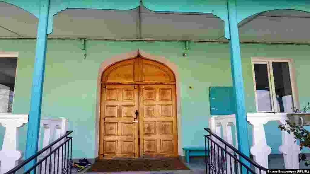 Главный вход в мечеть. Здесь установлены большие деревянные двери