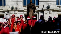 Протест против закона о запрете абортов в Новом Орлеане.
