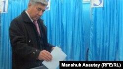 ЖСДП партиясының жетекшісі Жармахан Тұяқбай №311 сайлау учаскесінде дауыс беріп жатыр. Алматы, 15 қаңтар 2012 ж.