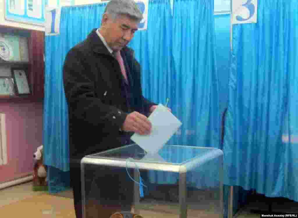 Сопредседатель оппозиционной Общенациональной социал-демократической партии Жармахан Туякбай голосует на избирательном участке № 311, Алматы.