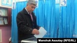 Лидер ОСДП Жармахан Туякбай на избирательном участке во время парламентских выборов. Алматы, 15 января 2012 года.