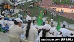 Aşgabatdaky stadionlaryň birinde köpçülikleýin çärelere gatnaşýan döwlet işgärleri we studentler
