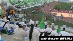 Студенты-зрители на стадионе Ашхабада.