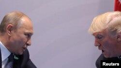 Владимир Путин и Дональд Трамп во время встречи в Гамбурге. 7 июля 2017 года.