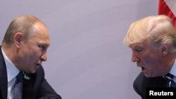 Дональд Трамп и Владимир Путин во время встречи в Гамбурге в 2017 году