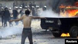 Участник акции протеста у посольства США в Египте. Каир, 13 сентября 2012 года.
