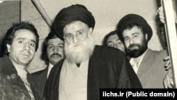 آیتالله طباطبایی قمی (وسط) در کنار احمد خمینی (راست)