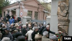 Mourners and journalists gather outside the Novaya Gazeta offices in Moscow on October 7 next to the newly unveiled plaque commemorating Anna Politkovskaya.