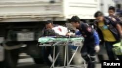 Рятувальники й медики евакуюють пораненого з місця вибуху на курорту Хуа Хін, Таїланд, 11 серпня 2016 року