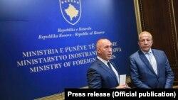 Kryeministri Ramush Haradinaj dhe ministri i Jashtëm, Behgjet Pacolli gjatë një konference të përbashkët për media.
