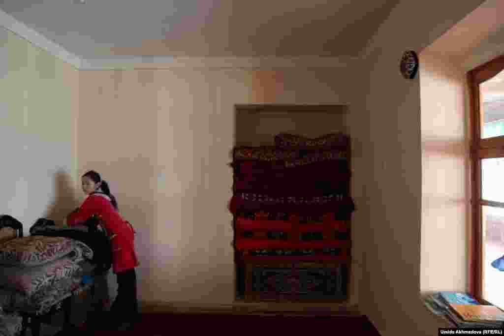 Внучка Толегена Жураева убирается в доме.