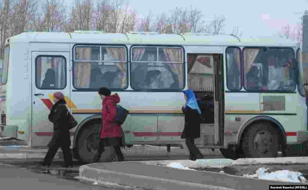 """""""Избиратели"""" выходят из автобуса и направляются к избирательному участку. Астана, 3 апреля 2011 года."""