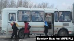 Бір топ адам автобустан түсіп сайлау учаскесіне қарай бара жатыр. Астана, 3 сәуір 2011 жыл