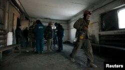 Шахтеры эвакуируются из шахты им. Засядько после того, как из-за обстрелов пропало электричество. Донецк, 31 января 2017 года