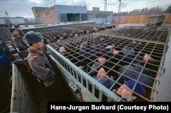 Колония строгого режима на станции Зима. Заключенных везут на работу. 1989 год
