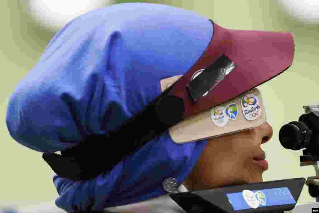 Елаге Ахмаді з Ірану прицілюється під час кваліфікації на 10-метровій дистанції стрільби із пневматичної гвинтівки серед жінок