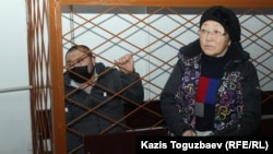 41-летний подсудимый инвалид 2-й группы Жулдызбек Таурбеков и его мать и общественный защитник Асемгуль Жаугашева в Алмалинском районном суде при оглашении приговора. Алматы, 6 января 2020 года.