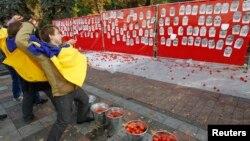 Активисты в Киеве бросают помидоры в портреты депутатов, не пришедших на голосование по антикоррупционным законам
