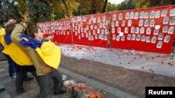 Portrete ale parlamentarilor împroşcate cu roşii în faţa Radei Supreme de la Kiev, 7 octombrie 2014