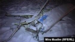 АН-72 ұшағы құлаған жердегі шашылып жатқан бөлшектің бірі. Оңтүстік Қазақстан облысы, 25 желтоқсан 2012 жыл.
