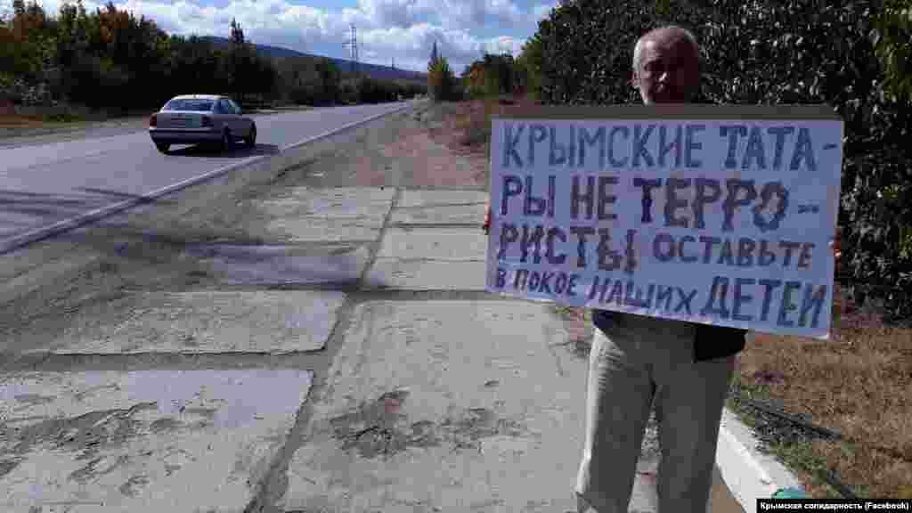 Проти переслідувань кримських татар вийшли десятки людей