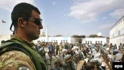 Афганістан - Солдат НАТО стоїть на сторожі під час церемонії амністії колишніх афганських талібів, Герат, 21 листопада 2009 року.