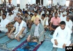 عبدربه منصور هادی، رئیس جمهور یمن (نفر جلو مرکز تصویر) در مسجدی در عدن