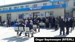 Десятки людей собрались у отделения почтовой связи. Кызылорда, 3 апреля 2020 года.