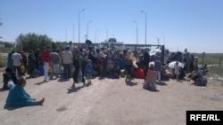 Граждане Узбекистана на границе с Туркменистаном. 6 июня 2012 года.