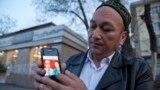 Гражданин Казахстана этнический казах из Китая Омир Бекалы, который провел под стражей в Китае восемь месяцев, показывает на мобильном телефоне фото своих родителей, предположительно оказавшихся в заключении в Китае.