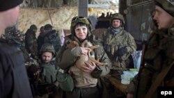 Жінка-боєць на позиції українських військових у селищі Піски. Січень 2015 року