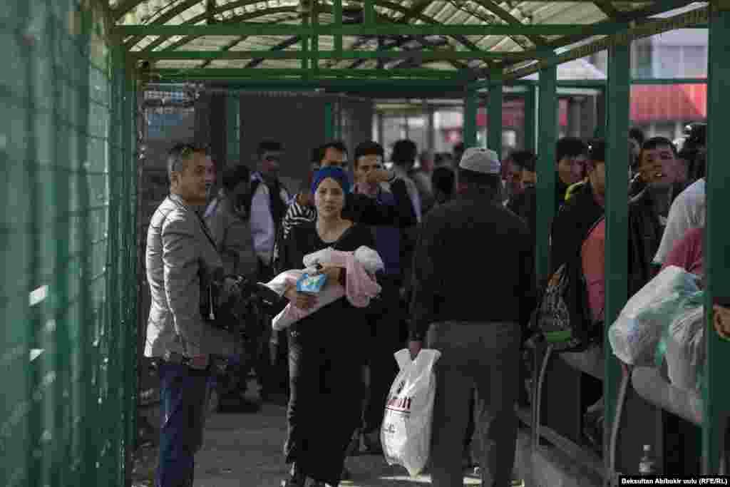 """По сведениям государственной пограничной службы Кыргызстана, через КПП """"Ак Жол - автодорожный"""" и """"Ак Тилек"""" до осложнения ситуации на границе ежедневно проходило в среднем около 8 тысяч человек и 660 единиц транспорта."""