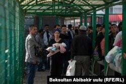 Сотни людей ожидают разрешения на въезд в Казахстан из-за осложнения ситуации на кыргызско-казахской границе. 10 октября 2017 года