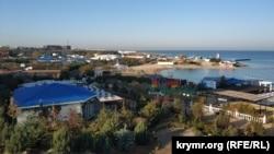У отеля «Аквамарин» и комплекса апартаментов «Аква Delux» есть собственный пляж