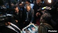 Люди приветствуют Сержа Танкяна и Никола Пашиняна в аэропорту «Звартноц» в Ереване, 7 мая 2018 г.