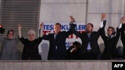 R.T.Erdoğan və ailəsi tərəfdarlarını salamlayırlar - 31 mart 2015