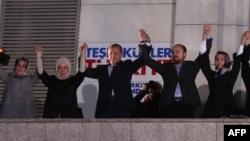 Recep Tayyip Erdogan (në mes) së bashku me bashkëshorten e tij Emine (e dyta nga e majta) dhe anëtarët e tjerë të familjes duke e festuar fitoren në zgjedhjet lokale në Turqi
