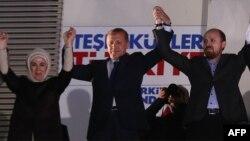 Түркия премьер-министрі Режеп Тайып Ердоған (ортада) сайлауда өз партиясының жеңіске жеткенін мәлімдеп тұр. Анкара, 30 наурыз 2014 жыл.
