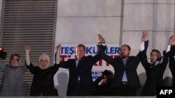 Премьер-министр Турции Реджеп Эрдоган (в центре) празднует победу своей партии на муниципальных выборах. Анкара, 31 марта 2014 года.